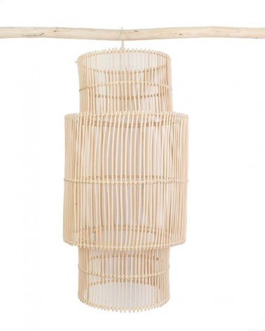 Luminaire suspension en rotin naturel sur fond blanc