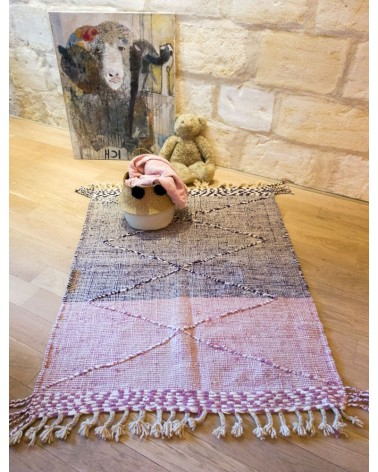 Tapis ZANAFI rose et violet à losanges en relief mis en situation de face